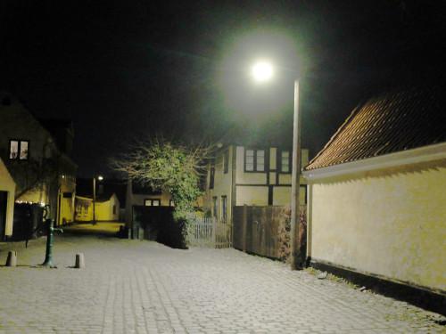 Kommunens LED-projektører har givet er skarpt, hvidt og fladt lys, der helt har ødelagt aftenstemningen i den gamle by. Nu kommer de væk!
