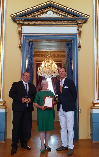 Borgmester Eik Dahl Bidstrup og  beboerformand Hanne Bacher Bendtsen fik prisen overrakt af Prins Joachim på Amalienborg