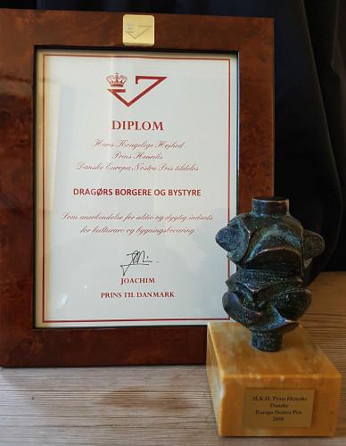 Europa Nostra Prisen består af et diplom underskrevet af protektoren, Prins Joachim, samt en bronzeskulptur, udført af Prins Henrik